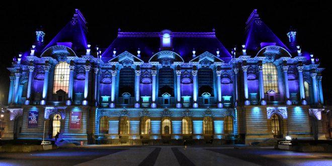 Tous les soirs, pour rendre hommage aux soignants mobilisés contre le Covid-19, la Grand'Place et le Palais des Beaux Arts de Lille seront éclairés en bleu